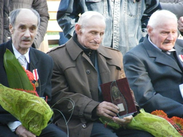 """Józef Szudzik i Leon Marchel (od lewej) ze """"złotymi medalami za zasługi dla pożarnictwa"""""""