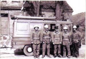 Strażacy – założyciele dumnie prezentują swój pierwszy samochód. Zdjęcie pochodzi z 1970 roku.