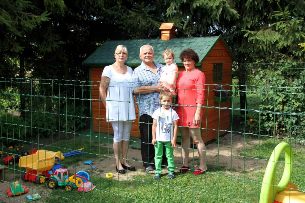 Na posesji znajduje się ogrodzony domek i plac zabaw dla wnuków gospodarzy. Na zdjęciu Elżbieta i Tadeusz Łukaszewicz z synową Anną oraz ukochanymi  wnukami: Tadziem i Marysią