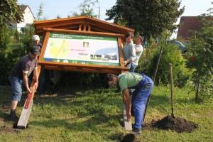 Mieszkańcy pomagają sołtysom montować tablice informacyjne. Dzięki stowarzyszeniu na terenie gminy stanęło już 25 takich tablic.