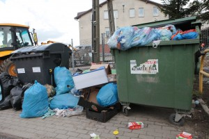 Śmietniki przed szkołą w Borkowie - fot. MC