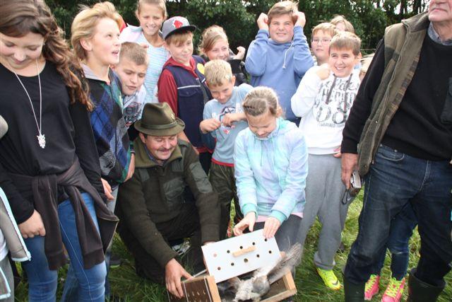 Łowczy Marek Kowalski pomagał dzieciom wypuszczać ptaki, a także dużo o nich opowiadał