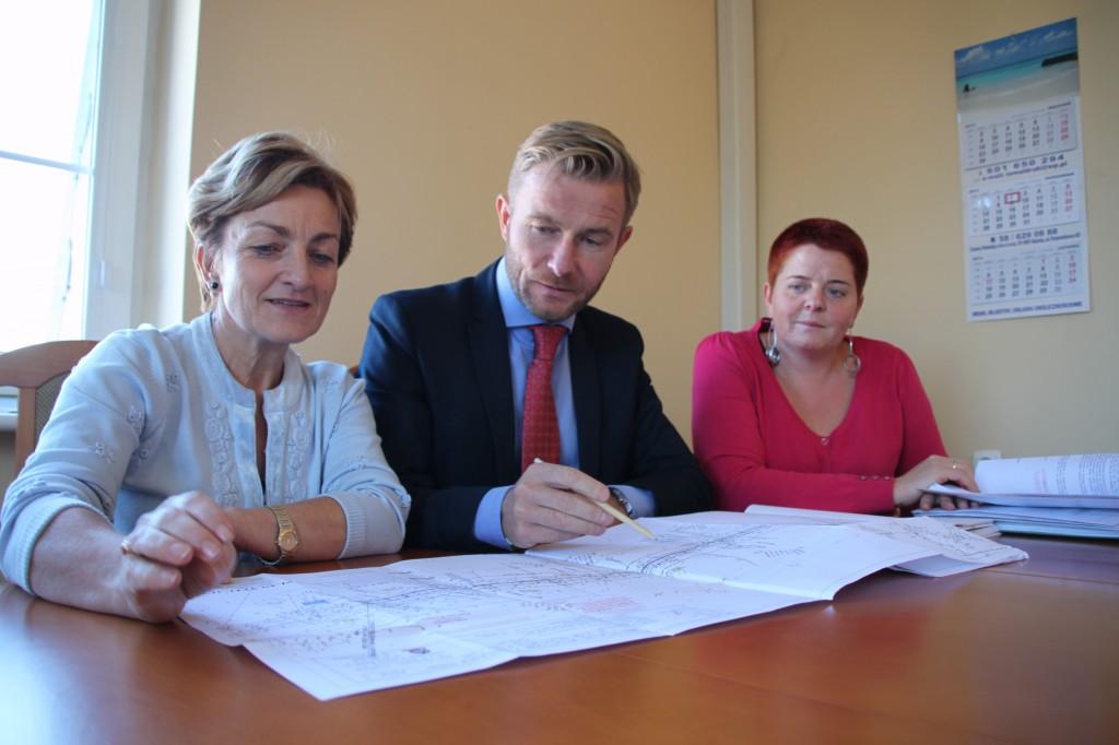 Modernizację drogi wojewódzkiej konsultowali: wójt Magdalena Kołodziejczak, marszałek Ryszard Świlski oraz Joanna Falasa - pracownik  Referatu Inwestycji i Remontów (od lewej).