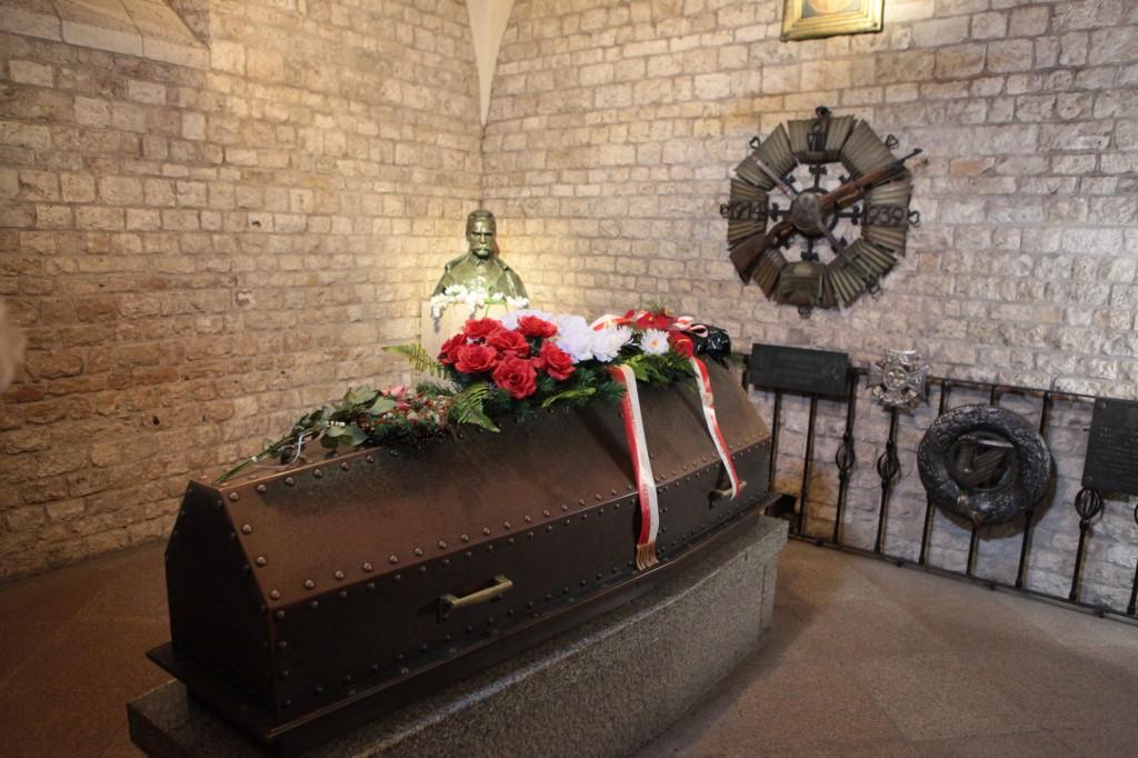 Trumna z ciałem J. Piłsudskiego na Wawelu w Krakowie - fot. M. Cabaj