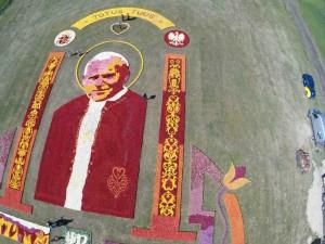 Święty Jan Paweł II z główek tulipanów w Mokrym Dworze - fot. MC
