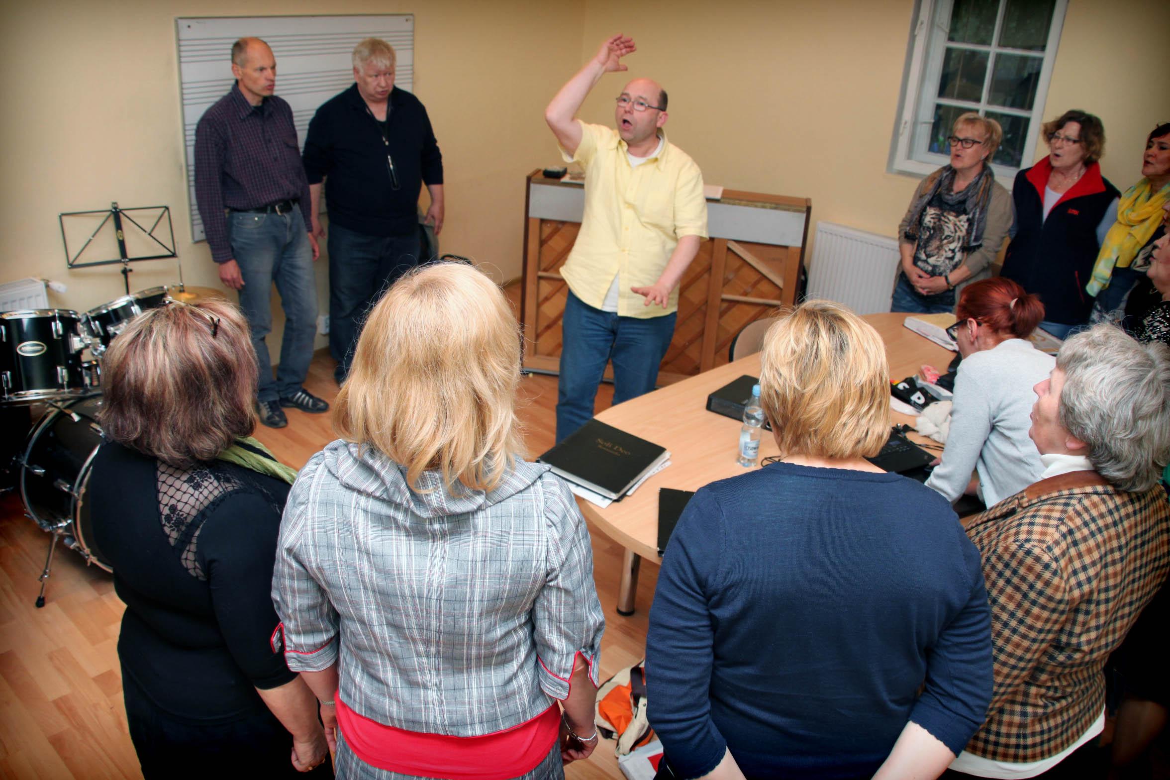 Próby chóru odbywają się co poniedziałek w jednej z sal przedszkola Wesoła Nutka w Rotmance