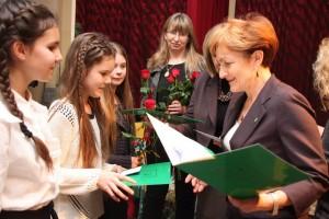 Wójt Magdalena Kołodziejczak regularnie nagradza najlepszych uczniów. Fot. Archiwum UG