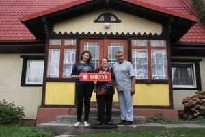 Przed rodzinnym domem w Krępcu stoją od lewej: Bożena Grzenia, Bernadeta Grzenia i Henryk Grzenia