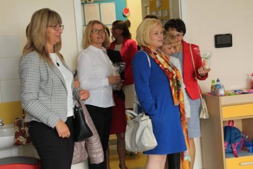Pomorska Kurator Oświaty Monika Kończyk (w niebieskim) była zachwycona nowym przedszkolem. - Gmina Pruszcz Gdański to wzór dla innych samorządów - powiedziała