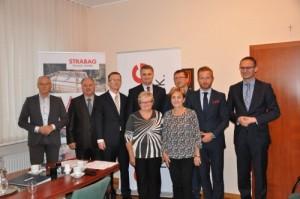 Podczas uroczystego podpisania umowy obecne były: wojt Magdalena Kołodziejczak i wiceprzewodnicząca Rady Gminy Danuta Czerwińska - Zdjęcia: Urząd Miasta